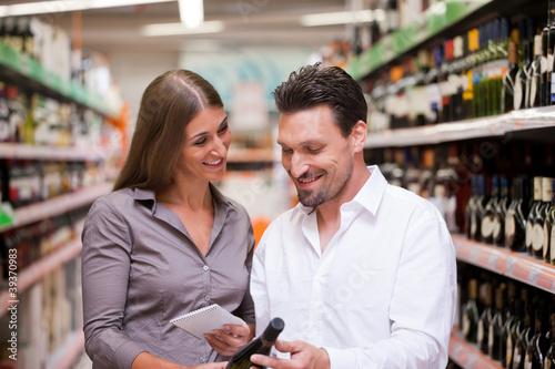Junges Paar geht einkaufen im Supermarkt