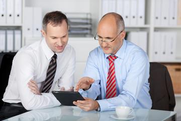 zwei geschäftsleute arbeiten mit tablet-computer