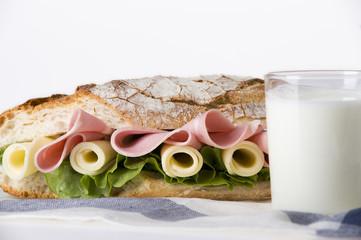 Sándwich y vaso de leche