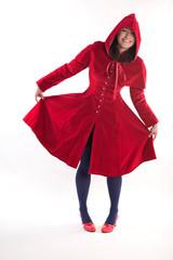 Ganzkörper einer jungen Frau im Rotkäppchenmantel
