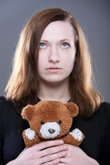 Portrait einer jungen Frau mit Teddy