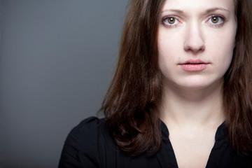 Junge Schauspielstudentin mit intensivem Blick
