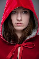 Portrait einer jungen Frau im Rotkäppchenmantel