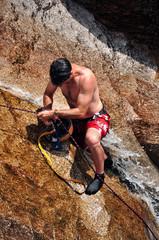 Homem a escalar