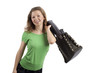 Junge Frau wirft Tasche schwungvoll über die Schulter