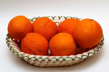Orangen im Korb seitlich