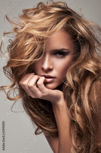 Moda styl portret delikatny blond kobieta