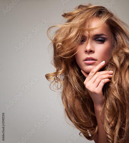 portret-delikatna-blondynki-kobieta-z-kopii-przestrzenia