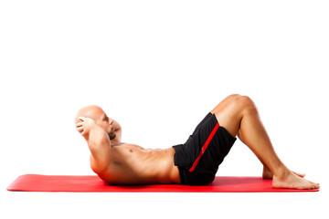 Sportler trainiert obere Bauchmuskulatur