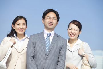 笑顔のビジネスマンとOL2人