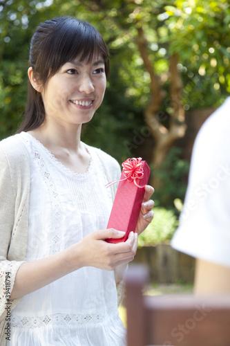 男性からプレゼントを受け取った女性