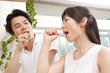 歯磨きをするカップル