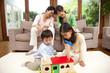 おもちゃで遊ぶ子供達と見守る両親