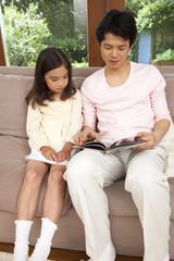 本を読む父親と娘