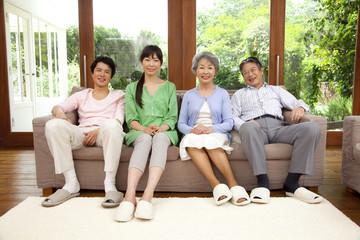 微笑むシニア夫婦と息子夫婦