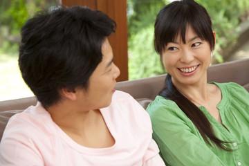 目を合わせて微笑むカップル