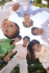 輪になって微笑む親子3世代