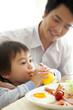 朝食中の父親と息子