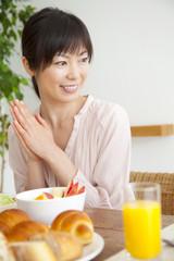 食事前に手をあわせる女性