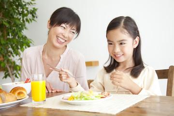 朝食中の母親と娘