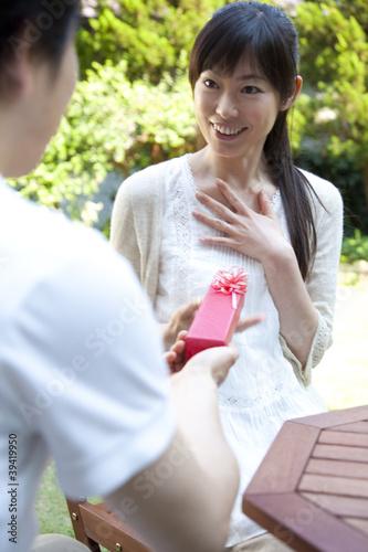 男性からのプレゼントに驚く女性