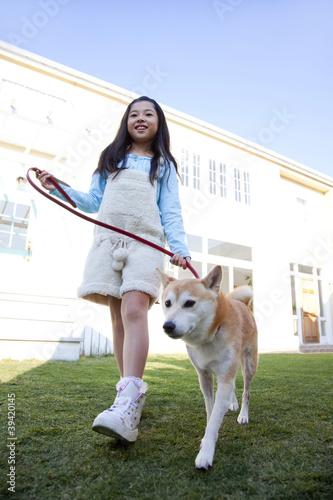 柴犬と散歩する女の子
