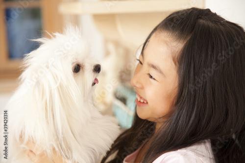 チワマルを見つめる笑顔の女の子