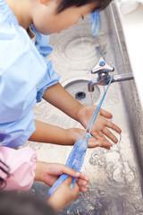 手を洗う幼稚園児
