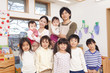 笑顔の保育士2人と子供たち