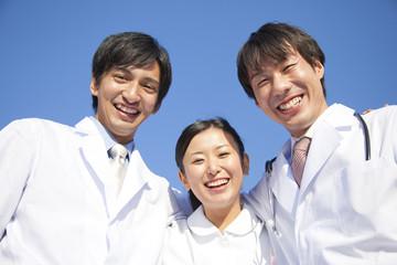 肩を組んで微笑む医師と看護師