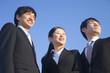 空を見上げるビジネスマン達