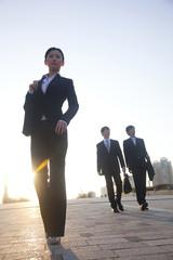 歩くビジネスマン達