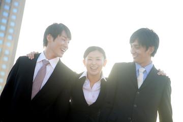 肩を組んで微笑むビジネスマン達