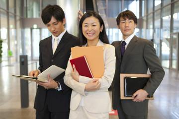 ファイルを持った笑顔のビジネスマン達