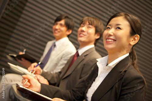 講演を傍聴するビジネスマン達