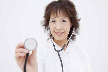 聴診器をあてる看護士