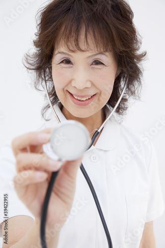 聴診器をあてる看護師