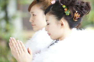 お参りをする振袖姿の女性2人