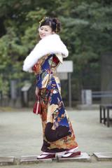 笑顔で歩く振袖姿の女性