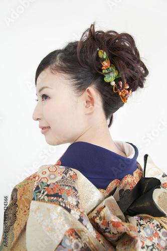 振袖姿で微笑む女性の横顔