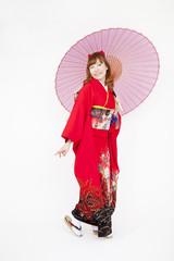 和傘を持ち微笑む振袖姿の女性