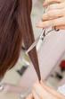 女性の髪を切る美容師の手元