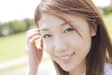 髪の毛を耳にかけながら微笑む女性