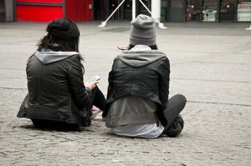 jeunes femmes assises à Beaubourg
