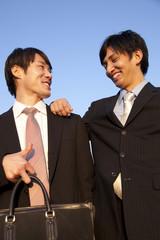 笑顔のビジネスマン2人