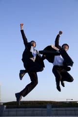 ジャンプするビジネスマン2人