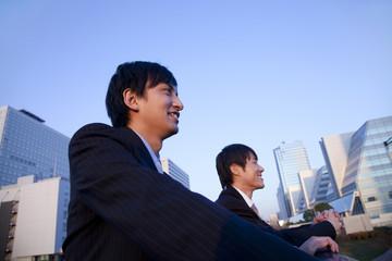 遠くを見つめるビジネスマン2人