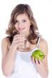 Junge Dame mit grünem Apfel und Glas Wasser