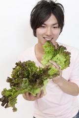 野菜を食べる男性