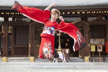 ジャンプする振袖姿の女性